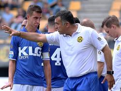 Roda JC Kerkrade-trainer Yannis Anastasiou (r.) geeft Tom Van Hyfte (l.) aanwijzingen tijdens het oefenduel Roda JC - Alemannia Aachen (16-07-2016).