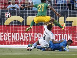 Abel Hernandez (weißes Trikot) trifft zum zwischenzeitlichen 1:0 für Uruguay