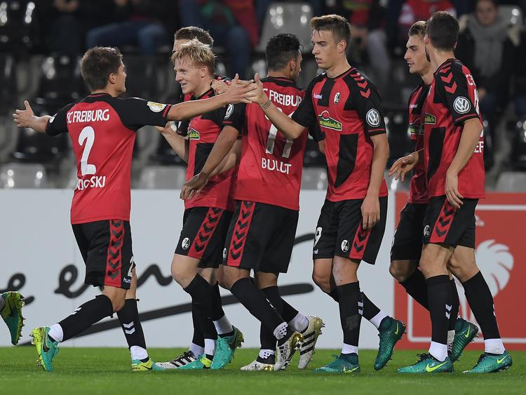 Nach dem frühen Führungstreffer von Mats Møller Dæhli ist den Breisgauern im DFB-Pokalspiel gegen Sandhausen die Freude deutlich anzusehen. (25.10.2016)
