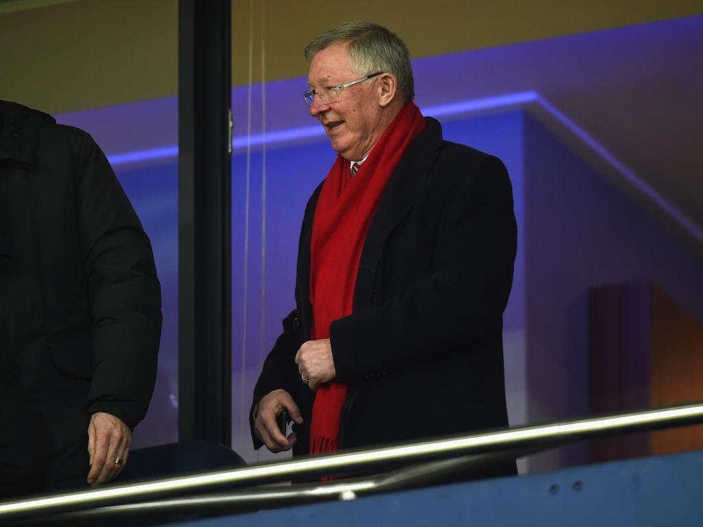 Sir Alex Ferguson hält den Walther-Bensemann-Ehrenpreis in die Höhe