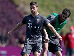 Bayern-Defensivspezialist Xabi Alonso (vorn) hat eine Sorge weniger