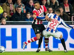 Luciano Narsingh (l.) werkt zich tijdens PSV - sc Heerenveen langs Caner Çavlan heen. (12-03-2016)