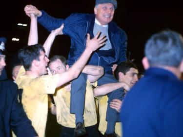 Trainer Willi Multhaup auf den Schultern seiner Spieler nach dem Abpfiff