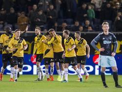 De spelers van NAC Breda komen bij elkaar na weer een doelpunt tegen Jong Ajax. De Brabanders komen via Cyriel Dessers (m.) op een 3-2 voorsprong. (17-03-2017)