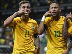 Ob Neymar (r.) bald persönlich zum Telefonhörer greift, um Kollege Coutinho vom Wechsel zu überzeugen?