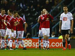 Wayne Rooney (M.) bejubelt seinen Treffer zum 1:0