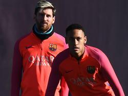Neymar (r.) ist zuversichtlich, dass Messi in Barcelona verlängert