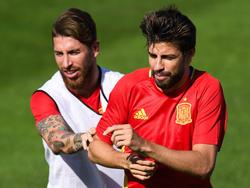 Ramos y Piqué pugnan en un entrenamiento por un balón. (Foto: Getty)