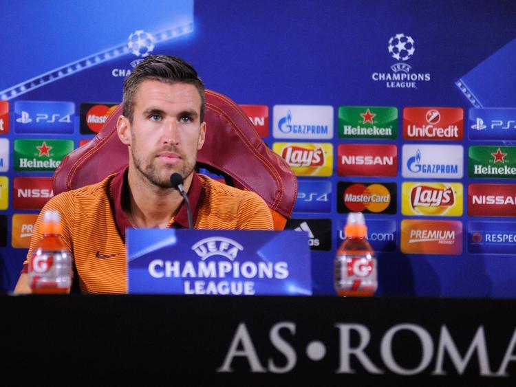 Kevin Strootman zit klaar voor de persconferentie in aanloop naar het duel AS Roma - FC Porto (22-08-2016).