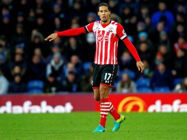 Virgil van Dijk geeft aanwijzingen tijdens het competitieduel Burnley - Southampton (14-01-2017).