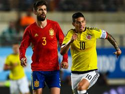 Piqué y James durante un lance del encuentro en Murcia. (Foto: Getty)