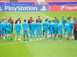 Trainer Roger Schmidt (M.) steht mit Leverkusen unter Erfolgsdruck