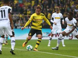 Behauptet den Ball gegen zwei Gladbacher: Mario Götze