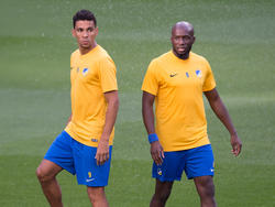 Igor de Camargo (l.) und Mickaël Poté kämpfen mit APOEL Nikosia gegen den BVB um Punkte