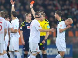 Kölns Lehmann (blaues Trikot) wird nach einem Tritt gegen Werner (r.) vom Platz gestellt