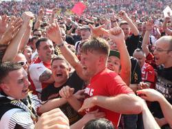 Fans und Mannschaft feiern in Zwickau ausgelassen den Aufstieg