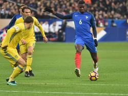 Dank der Tore von Paul Pogba (re.) und Dimitri Payet schlägt Frankreich Schweden mit 2:1