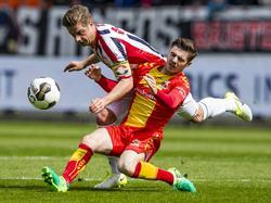 Willem II-aanvoerder Jordens Peters (l.) schat de situatie fout in en haalt Go Ahead Eagles-middenvelder Dan Crowley (r.) neer. (16-04-2017)