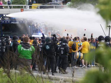 Die Polizei setzte Wasserwerfer gegen Fans ein