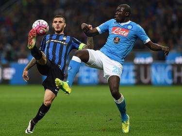 Im Ligaspiel zwischen Inter und Napoli kämpfen Torschütze Mauro Icardi (l.) und Kalidou Koulibaly um das Leder. (16.04.2016)