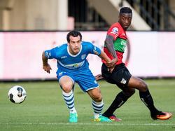 Dirk Marcellis (l.) is NEC-speler Reagy Ofosu te snel af en kan er met de bal vandoor tijdens het openingsduel van Eredivisie-seizoen 2016/2017. (05-08-2016)