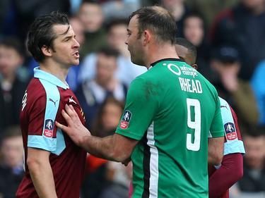 Joey Barton (l.) ruziet tijdens de FA Cup-wedstrijd Burnley - Lincoln City met Matt Rhead (r.). (18-02-2017)