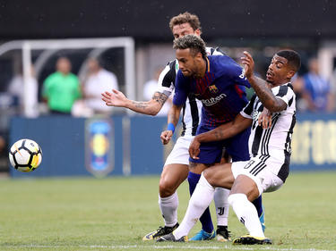 Dos jugadores juventinos intentan frenar a Neymar. (Foto: Getty)