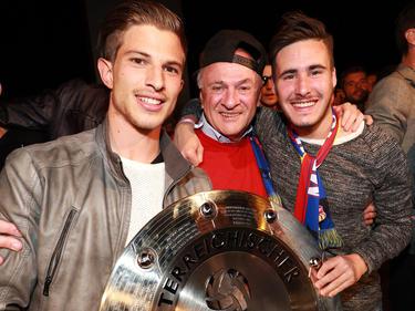 Bei der SKN-Meisterfeier hat Jannick Schibany (rechts) LH Erwin Pröll sein Kapperl geschenkt