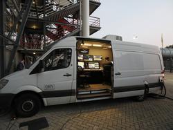 Vlak naast De Kuip staat de videowagen klaar voor de wedstrijd Feyenoord - FC Oss. In dit busje zit straks een extra scheidsrechter, die aan de hand van beelden kan ingrijpen tijdens het bekerduel. (22-09-2016)