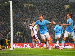 Edin Dzeko (M.) bejubelt das wichtige Führungstor für Manchester City