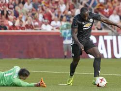Romelu Lukaku legt aan voor zijn eerste doelpunt in dienst van Manchester United. (17-07-2017)