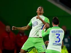 Felix Uduokhai (l.) überzeugt beim VfL Wolfsburg