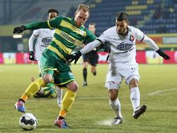 Sjoerd Ars (l.) probeert Jordy Tutuarima (r.) af te kappen tijdens de competitiewedstrijd tussen Fortuna Sittard en SC Telstar. (20-01-2017)