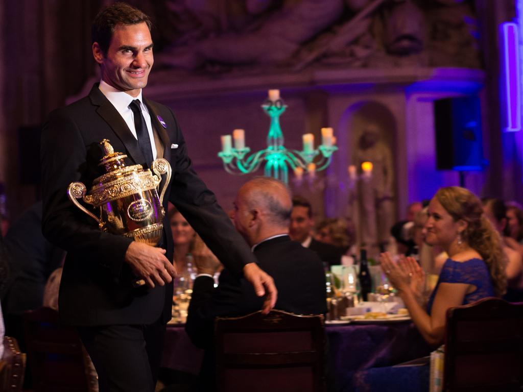Roger Federer präsentierte stolz seine Siegertrophäe