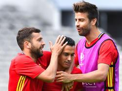 Jordi Alba (l.) betont die gute Stimmung im spanischen Kader