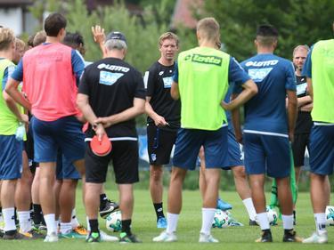 Hoffenheims Trainer Julian Nagelsmann spricht mit seinen Spielern