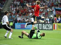 Die Szene des Finals: Torres trifft gegen Jens Lehmann