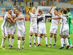 Mittendrin: Andreas Beck feiert den Sieg gegen Kayerispor