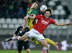 Kevin Jansen (l.) en Joris van Overeem (r.) gaan met de ogen dicht het kopduel tijdens de wedstrijd AZ Alkmaar - ADO Den Haag. (04-12-2015)