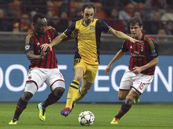 Im Achtelfinalhinspiel der Champions League empfängt der AC Milan den spanischen Spitzenklub Atlético Madrid. Die Mailänder Michael Essien (l.) und Andre Poli (r.) hatten dabei immer wieder Probleme die Offensivaktionen von Atléticos Rechtsverteidiger Juanfran (r.) zu unterbinden. (19.02.2014)
