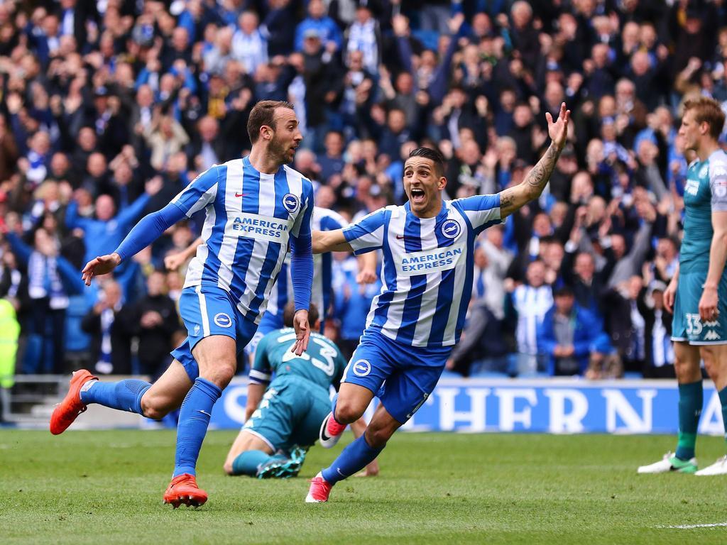 Glenn Murray (l.) kan een feestje vieren tijdens het competitieduel Brighton & Hove Albion - Wigan Athletic (17-04-2017).