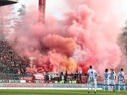 Unter anderem beim Spiel in Karlsruhe zündeten die FCK-Fans Pyrotechnik