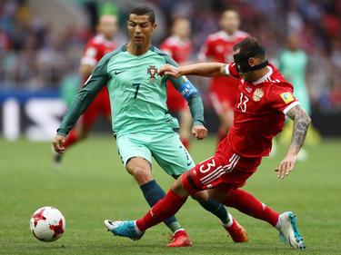 Cristiano Ronaldo salva una entrada contra Rusia. (Foto: Getty)
