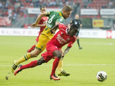 Aaron Meijers (l.) vecht een stevig duel uit met Yaw Yeboah (r.) tijdens het competitieduel FC Twente - ADO Den Haag (17-09-2016).