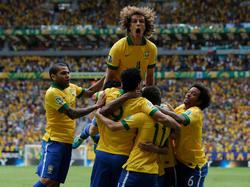 Dani Alves (izq.) y Marcelo (dcha.) celebran un tanto en la Copa Confederaciones. (Foto: Getty)