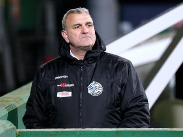 Wiljan Vloet kijkt toe hoe zijn manschappen het ervan af brengen in het duel Fortuna Sittard - FC Den Bosch. (16-12-2016)