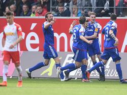 Die Kieler bejubeln den Sieg in Regensburg