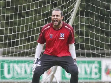 Warner Hahn laat zich op de eerste training in het shirt van sc Heerenveen meteen gelden. (25-06-2017)