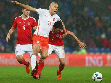 Die verpasste EM-Teilnahme schmerzt Oranje-Star Arjen Robben (M.) immer noch sehr