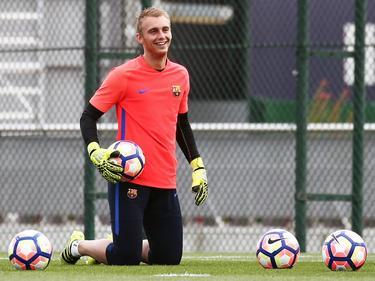 Jasper Cillessen werkt met een glimlach op zijn gezicht de training bij FC Barcelona af. (20-09-2016)